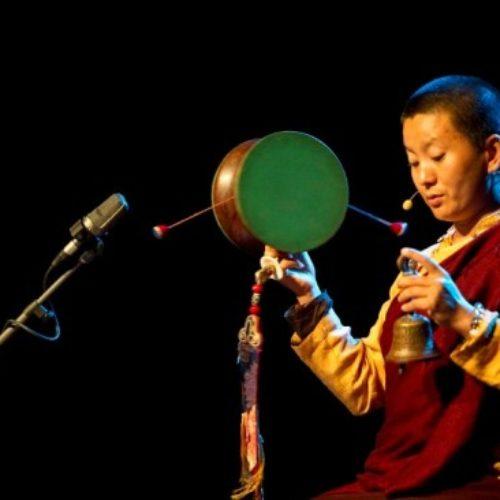 Sư cô Ani Choying Dolma và tiếng hát làm ấm dịu bao tâm hồn