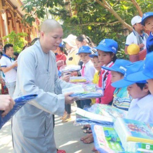 Hội Từ Tâm dành 1 tỷ đồng cho công tác mổ mắt từ thiện, trao học bổng 2014