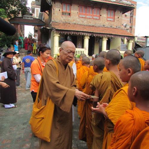 Đoàn Phật giáo VN tặng quà thêm 6 điểm ở Nepal