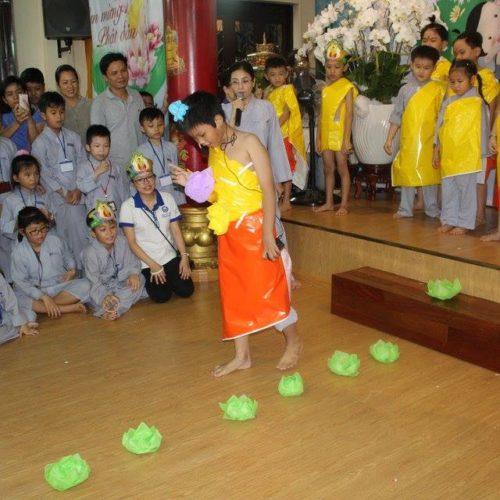 Các bé đón mừng Phật đản trong khóa tu GHTT kỳ 48