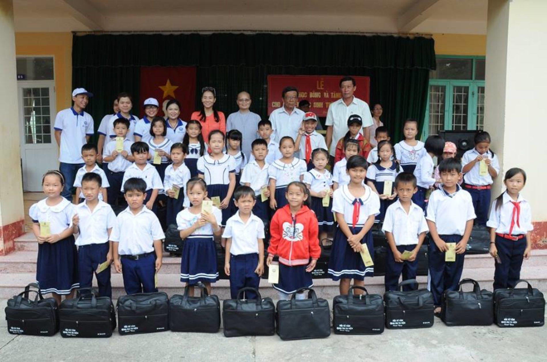 Quan Âm Tu Viện trao tặng học bổng, dụng cụ học sinh, quà trung thu cho học sinh nghèo