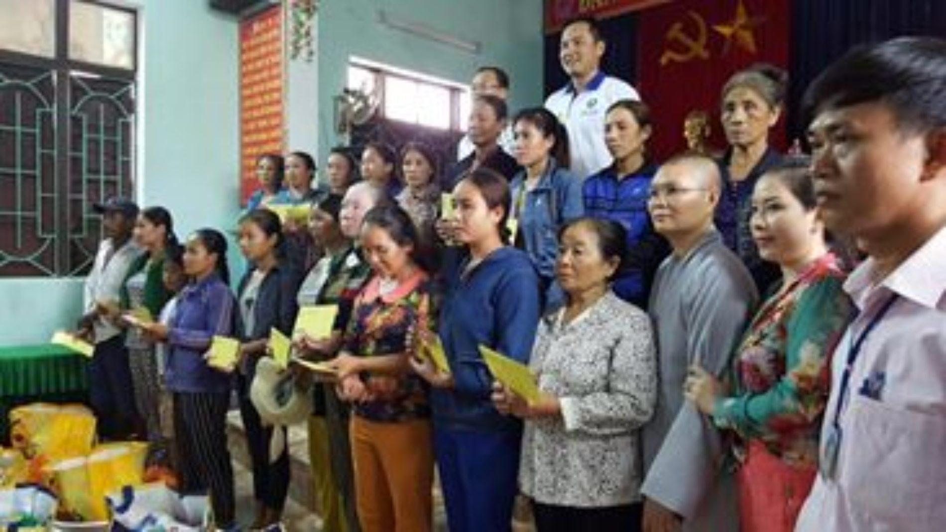 Quan Âm Tu Viện tặng quà đến bà con vùng lũ tỉnh Quảng Bình