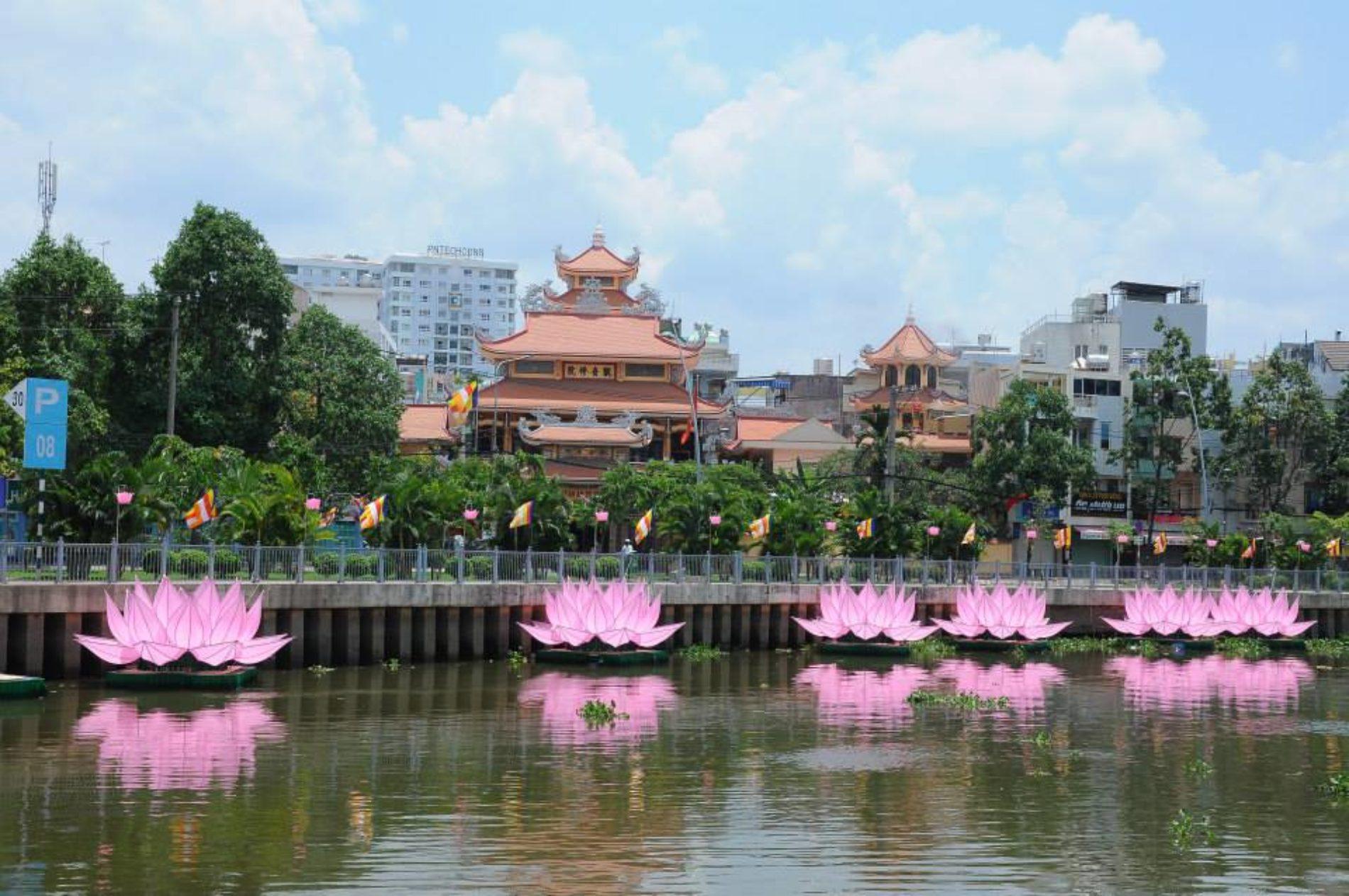 QATV: Lễ hạ thuỷ 7 đóa sen trên kênh Nhiêu Lộc (PL.2562 – DL.2018)